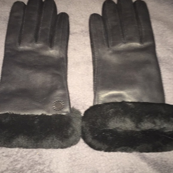 e9e2268b2eb Ugg gloves with fur around end. Says med